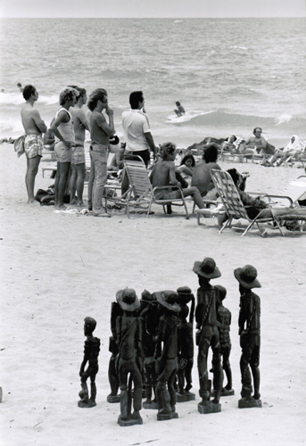 Elliott Erwitt, San Juan, Puerto Rico (People and Statues on Beach), 1978