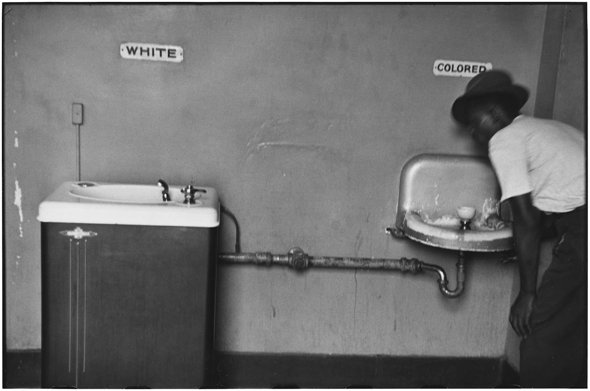 Elliott Erwitt North Carolina 1950 (segregation fountain)