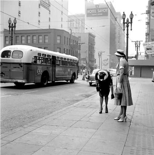 Vivian Maier, Bus and Two Women, Los Angeles, CA, 1955